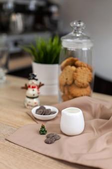 Comptoir de bar dans un café avec des décorations du nouvel an, des biscuits, des bonbons et du café