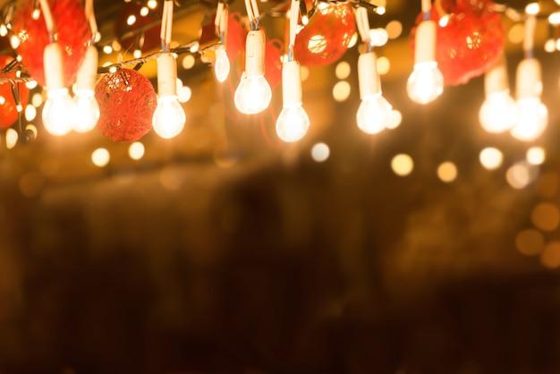 Comptoir de bar avec éclairage lumineux dans la rue de la ville de nuit