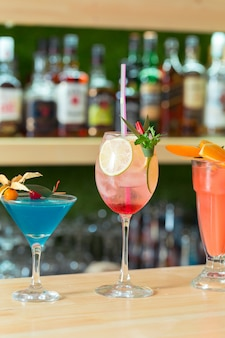 Comptoir bar sélection de cocktails boissons d'été multicolores