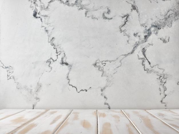 Comptoir blanc sur fond de mur de marbre