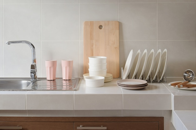 Comptoir blanc propre dans la cuisine avec ustensile à la maison