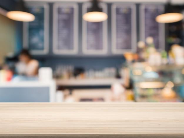 Comptoir en bois avec boulangerie arrière-plan flou