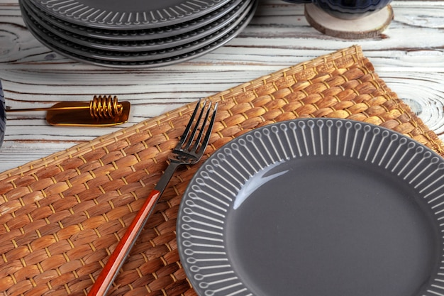 Comptoir de cuisine en bois avec vaisselle neuve. gros plan photo