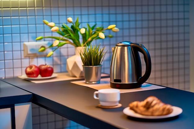 Comptoir de cuisine moderne à l'intérieur du loft