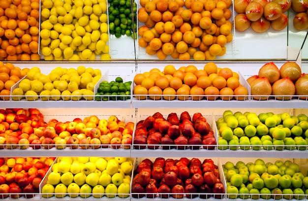 Comptoir avec des fruits dans un supermarché