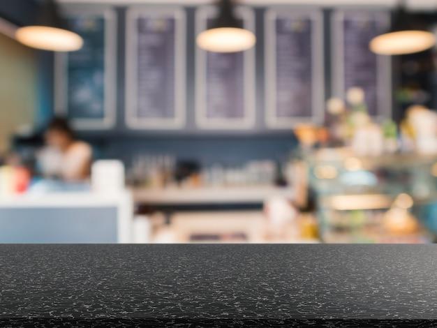 Comptoir en granit avec fond flou de boulangerie