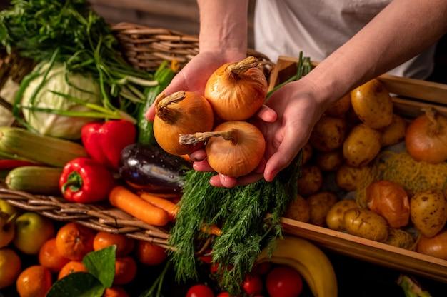 Comptoir De Marché De Producteurs De Légumes Divers Légumes Sains Biologiques Frais Colorés à L'épicerie Concept D'aliments Naturels Sains Photo Premium