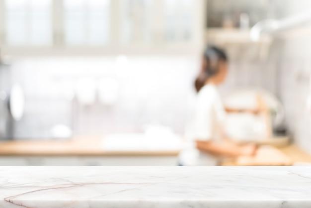 Comptoir en pierre marbre sur fond intérieur de cuisine flou