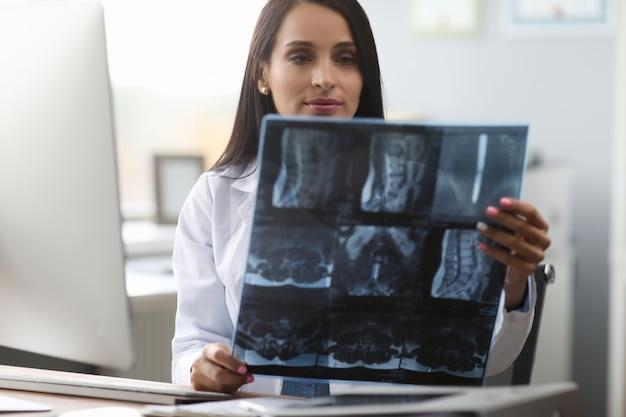 Concentré de jeune travailleur médical examinant une photo aux rayons x