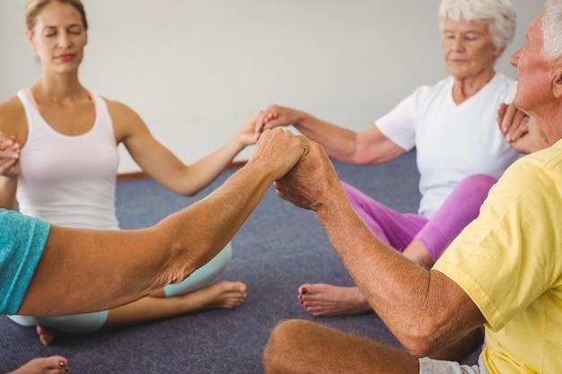 Concentré de personnes âgées se tenant la main en cercle