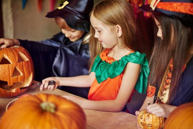 Concentrez les enfants en sculptant des formes sur la citrouille