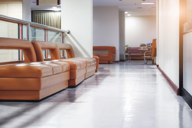 Concentrez-vous sur les chaises d'hôpital qui permettent aux gens de s'asseoir et de se reposer