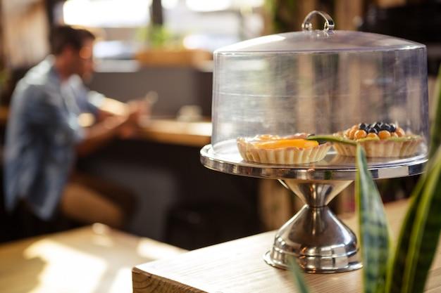 Concentrez-vous sur les gâteaux dans un café hipster