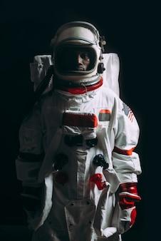 Concept abstrait d'un astronaute perdu dans l'espace
