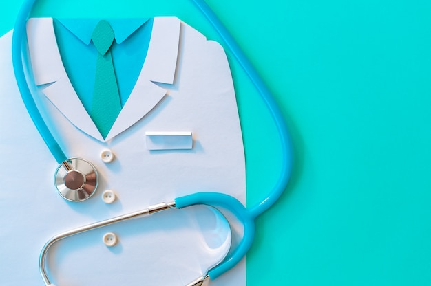 Concept abstrait de la journée mondiale de la santé avec médecin et stéthoscope bleu sur fond de menthol. copiez l'espace. soins de santé.