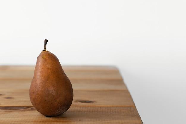 Concept abstrait minimal poire sur table vue de face