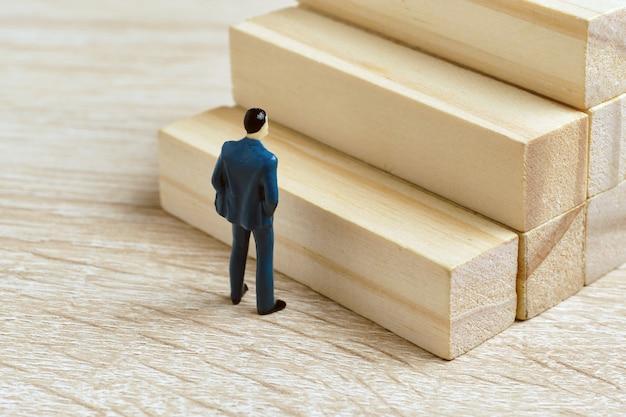 Concept abstrait de promotion d'échelle de carrière au travail.
