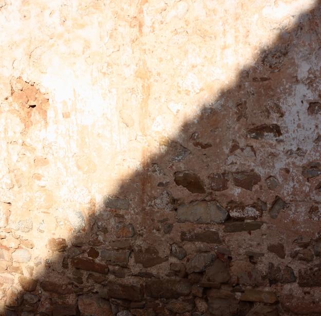 Concept abstrait soleil et ombre demi-lumière et mur sombre