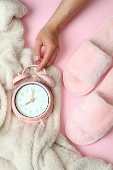 Concept d'accessoires de routine de sommeil sur fond rose