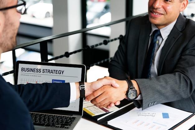 Concept d'accord de négociation entre hommes d'affaires