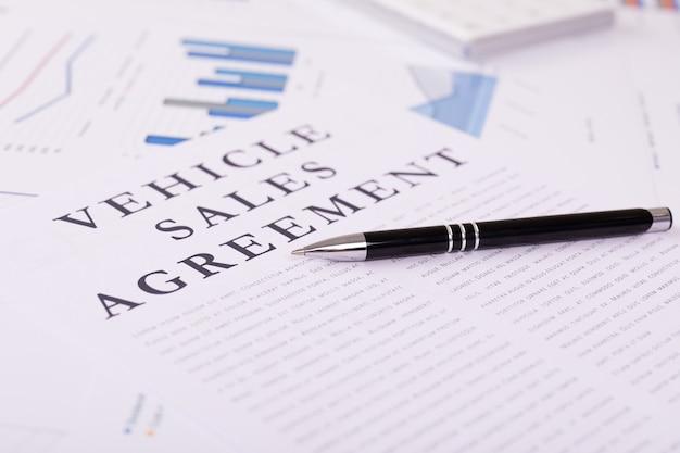Concept d'accord de vente de véhicules, documents sur le bureau