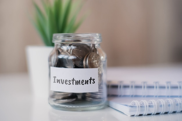 Le concept d'accumuler de l'argent pour les investissements - un bocal en verre avec des pièces.