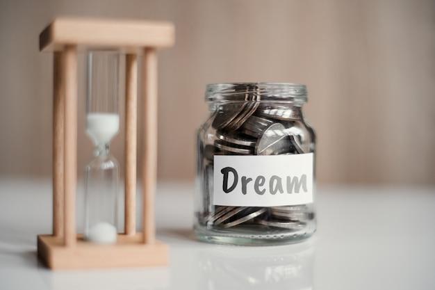 Le concept d'accumuler de l'argent pour un rêve - un bocal en verre avec des pièces.