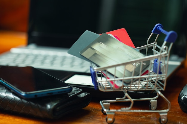 Concept d'achat en ligne, carte de crédit dans le panier.