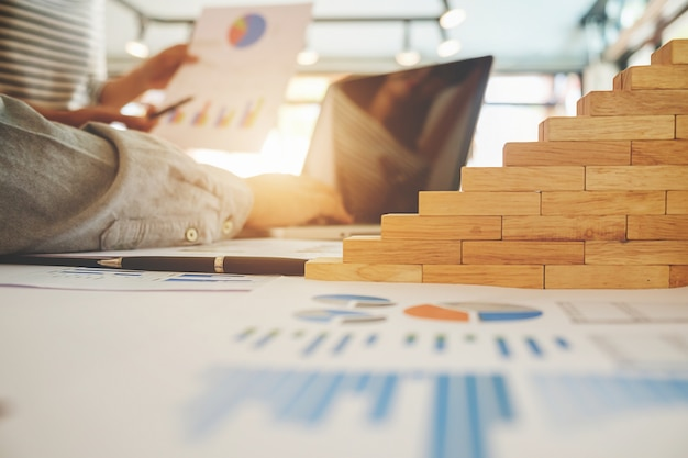 Concept d'affaire. les gens d'affaires discutent les graphiques et les graphiques montrant les résultats de leur travail d'équipe réussi.