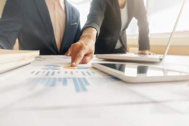 Concept d'affaire. des lignes de pièces de monnaie pour le concept financier et bancaire avec des hommes et des femmes d'affaires. une métaphore du conseil financier international.