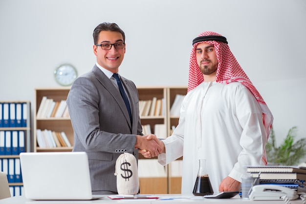 Concept d'affaires divers avec homme d'affaires arabe