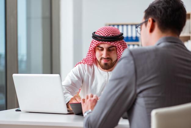 Concept d'affaires divers avec homme d'affaires arabe