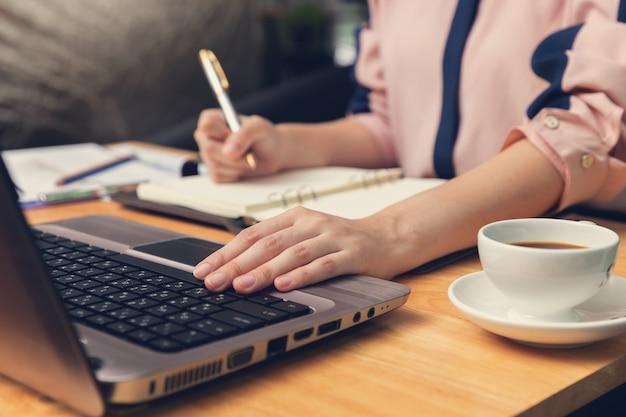 Concept d'affaires et des finances, femme d'affaires discutant analyse de vente graphique dans un café