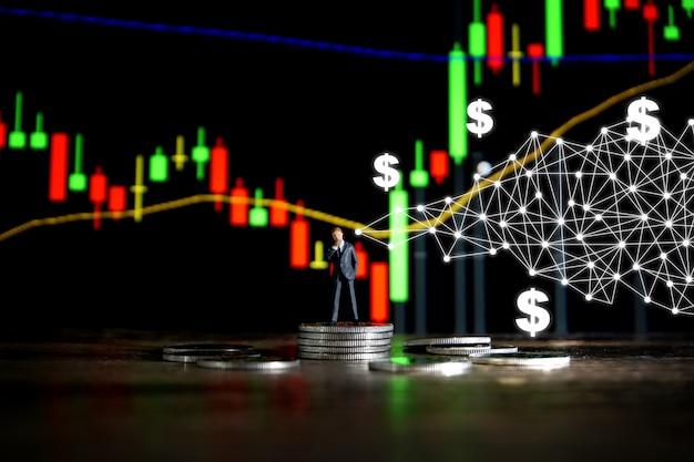 Concept d'affaires homme d'affaires, debout sur un tas de pièces d'argent.