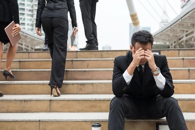 Concept d'affaires, homme d'affaires déprimé abandonné par l'équipe