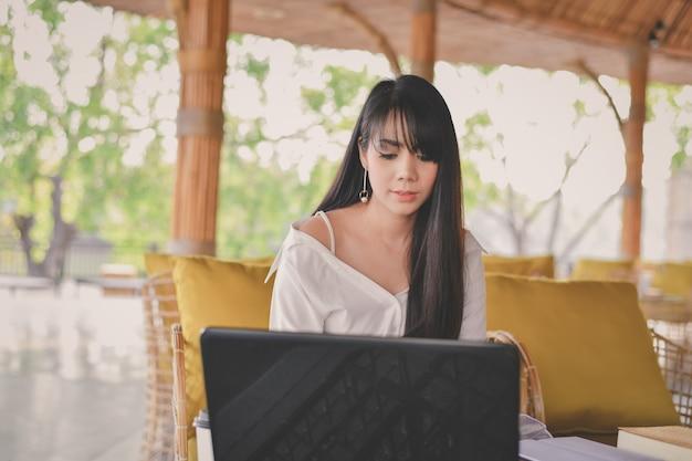 Concept d'affaires. jeune femme d'affaires asiatique travaille avec bonheur.