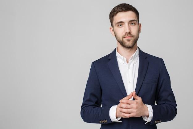 Concept d'affaires - portrait beau homme d'affaires tenant la main avec un visage confiant. fond blanc. espace de copie.