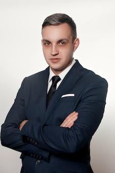 Concept d'affaires, de santé, de personnes et de mode de vie - portrait d'un bel homme en costume bleu noir. cernes sous les yeux des hommes. portrait d'homme d'affaires concentré ou déprimé.
