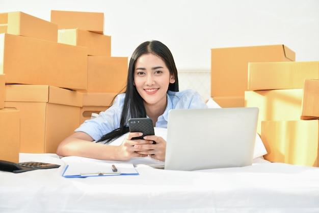 Concept d'affaires sme. les jeunes emballent leurs paquets.
