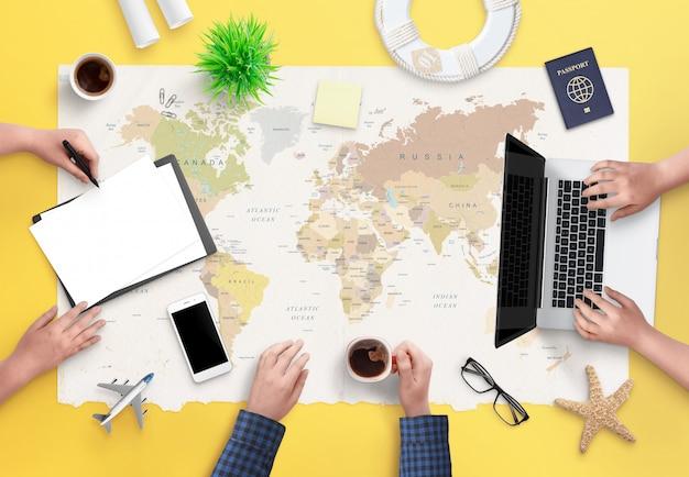 Concept d'agence de voyage de réservation d'un voyage. personnes travaillant sur un arrangement et des billets d'avion. vue de dessus, pose à plat.