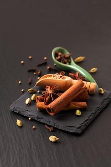 Concept alimentaire à base de plantes exotiques mélange de bâtons de cannelle et de gousses de cardamome d'épices biologiques