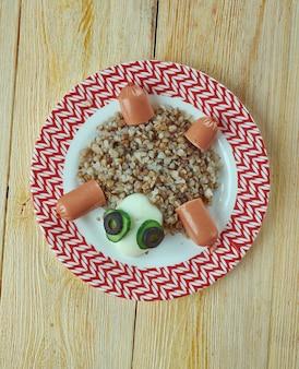 Concept alimentaire créatif - tortue à base d'œufs, de bouillie et de légumes. menu pour enfants