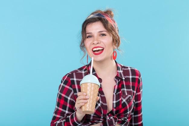 Concept alimentaire, diététique et amusant - femme de style pin-up avec un verre de café.