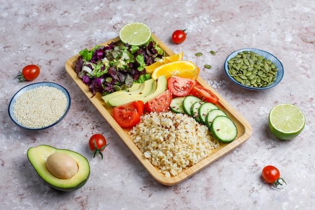 Concept alimentaire équilibré végétarien sain, salade de légumes frais, bol de bouddha