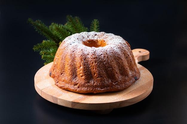 Concept alimentaire fait maison gugelhupf bundt gâteau de levure d'europe centrale sur fond noir