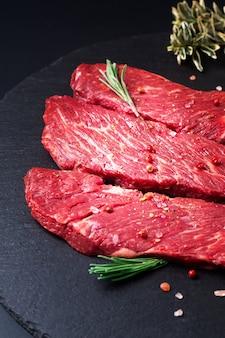 Concept alimentaire filet de boeuf de viande crue biologique steak sur ardoise noire