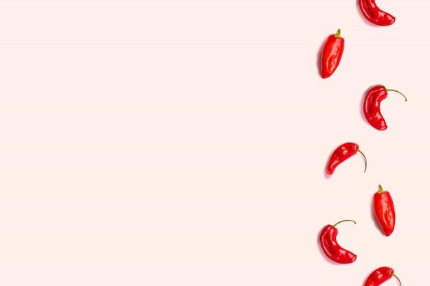Concept alimentaire minimal. mise en page créative de piment rouge sur fond rose.