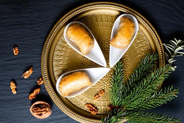 Concept alimentaire oriental arabe dessert baklava noix sur ardoise noire
