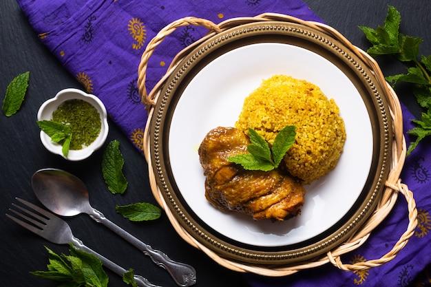Concept alimentaire riz et poulet maison de style thaïlandais biryani khao mok kai sur fond noir avec espace de copie