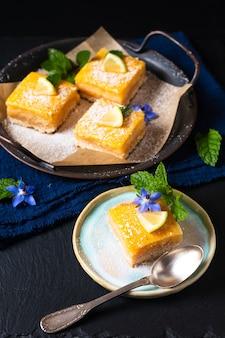 Concept alimentaire tarte au citron rustique maison sur fond noir avec espace de copie